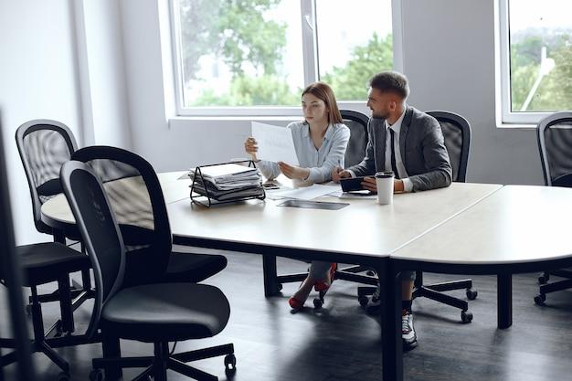 Colegas, bebida, coffee., socios comerciales, en, un, negocios, meeting., hombre y mujer, sentado, en la mesa