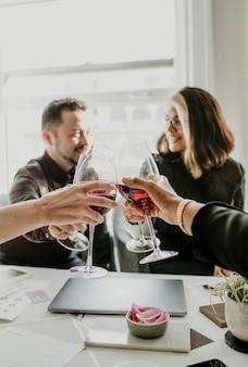 Colegas brindando copas de vino en el trabajo