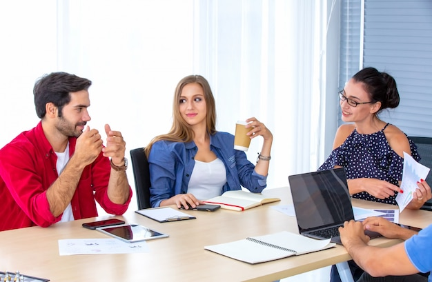Colegas discutiendo en la oficina