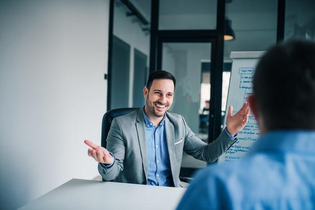 Colegas discutiendo sobre el proyecto en la oficina. estás contratado, concepto de entrevista de trabajo.