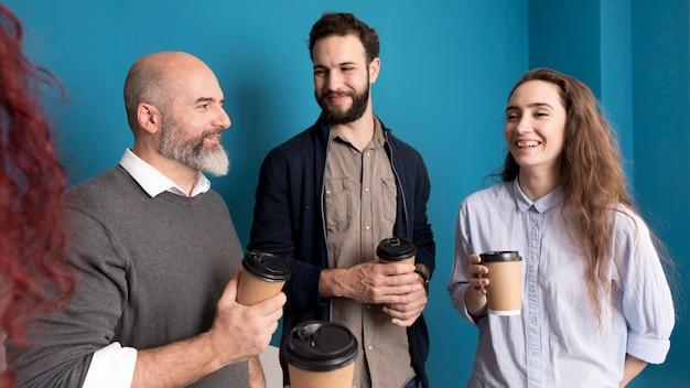 Colegas felices de tomar un café juntos
