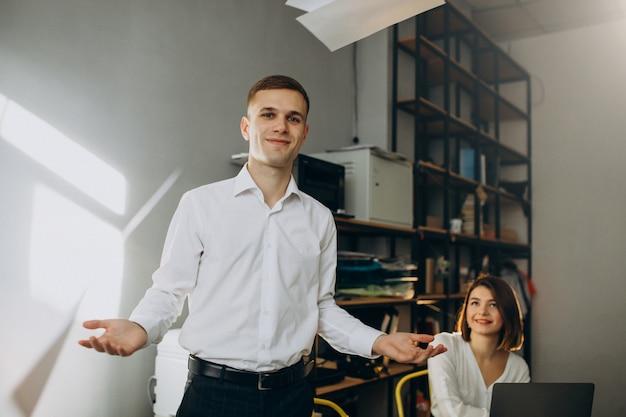 Colegas femeninos y masculinos que trabajan en la oficina