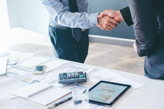 Colegas de gente de negocios agitando las manos