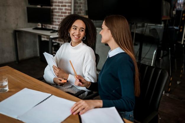 Colegas hablando entre sí durante una reunión