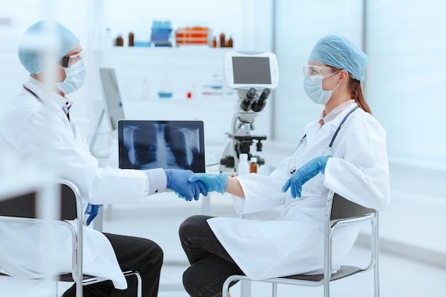 Colegas médicos dándose la mano unos a otros