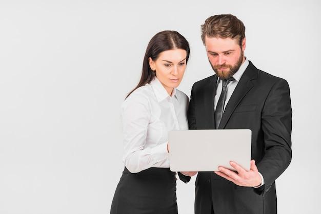 Colegas mujer y hombre mirando portátil