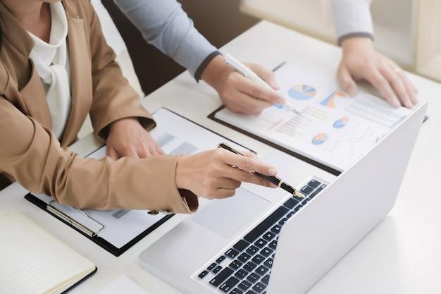 Colegas de negocios comienzan analizando una inversión de valuación