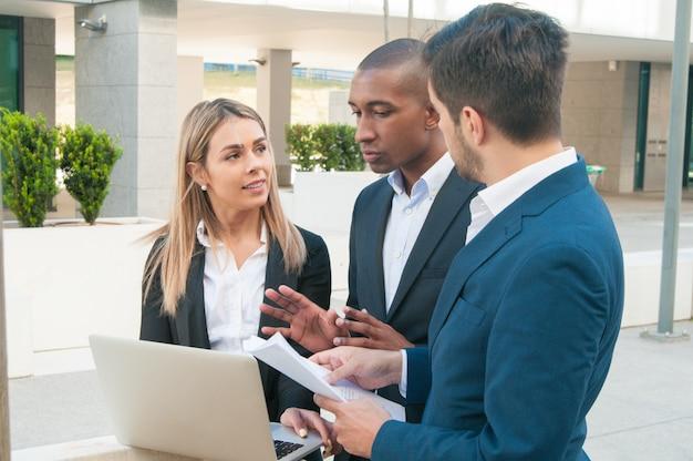 Colegas de negocios enfocados discutiendo