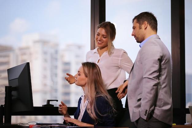 Colegas de negocios que trabajan en el escritorio en la oficina