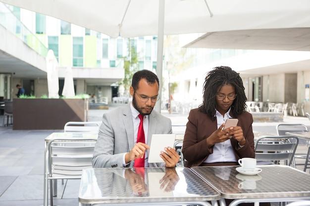 Colegas de negocios serios enfocados en internet