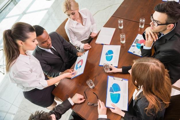 Colegas que se comunican con su jefe en la reunión.
