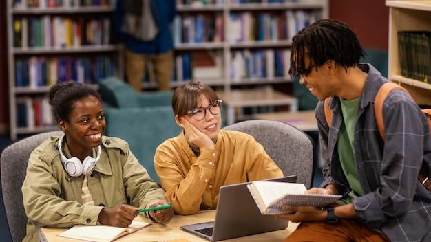 Colegas que estudian en la biblioteca de la universidad.