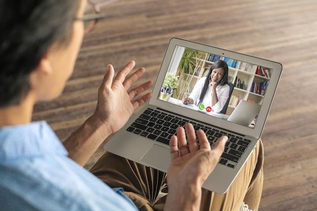 Colegas que tienen una videollamada debido a las regulaciones de distanciamiento social