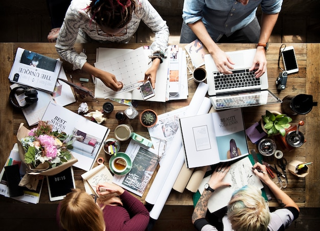 Colegas que trabajan en un escritorio