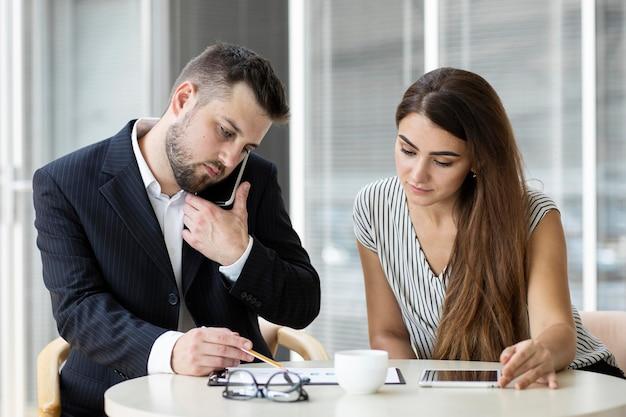 Colegas en una reunión de negocios juntos