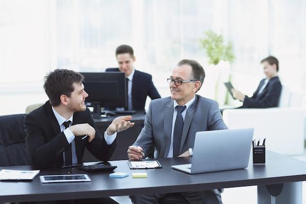 Colegas sonrientes que trabajan con intercambio en la oficina.foto con lugar para texto