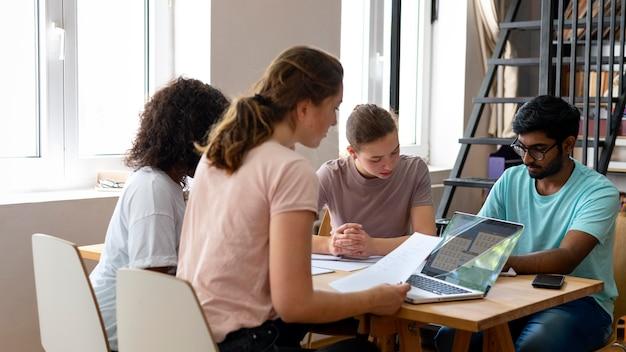 Colegas universitarios estudiando juntos