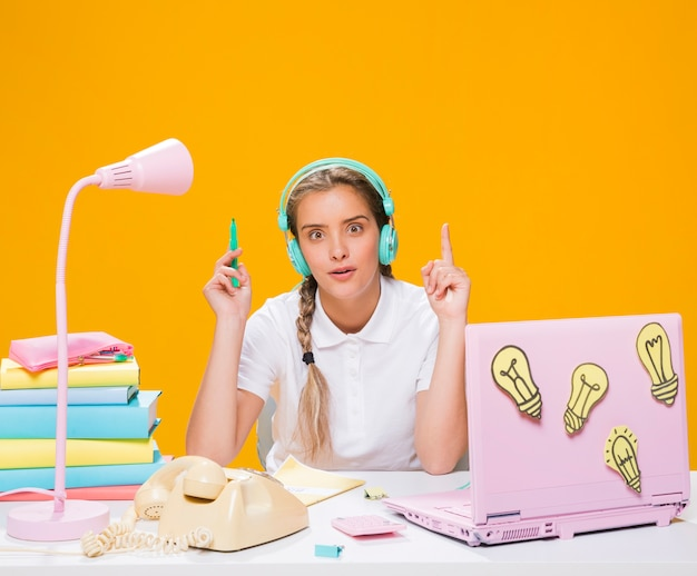 Colegiada en escritorio con portátil en estilo memphis