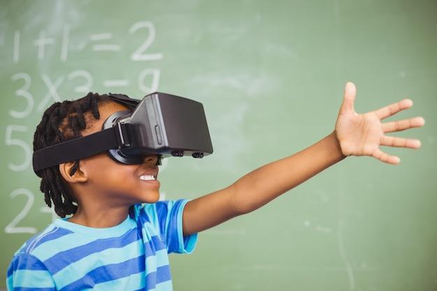 Colegial en gafas de realidad virtual en el aula