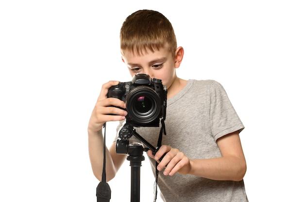Un colegial graba un video con una cámara dslr