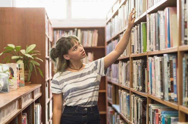 Colegiala en biblioteca