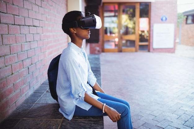 Colegiala con casco de realidad virtual