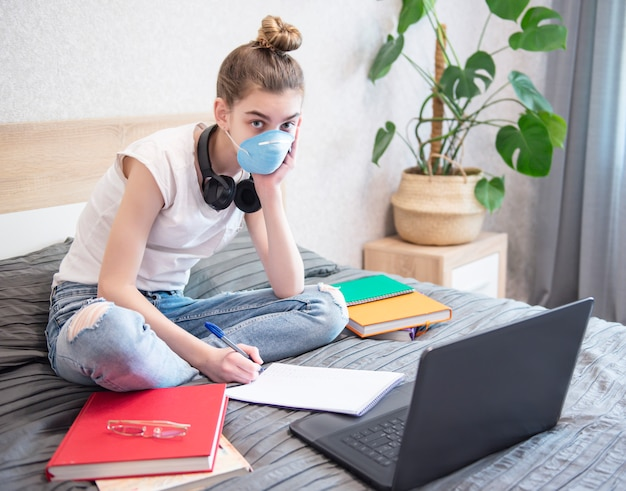 Colegiala estudiando en casa