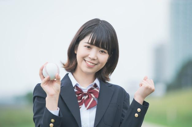 Colegiala con pelota de béisbol
