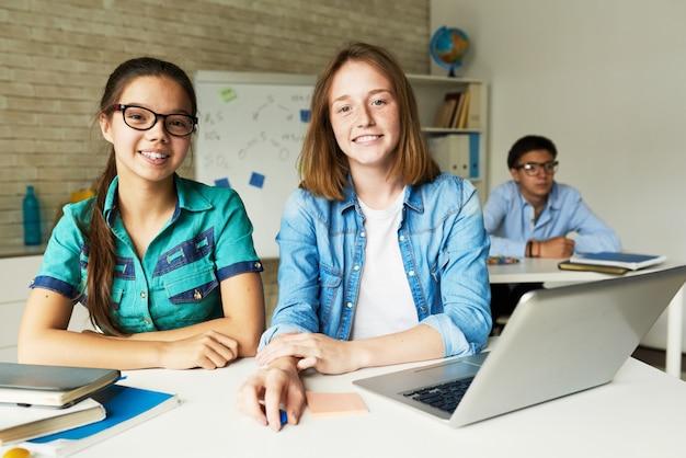 Colegialas en el aula moderna