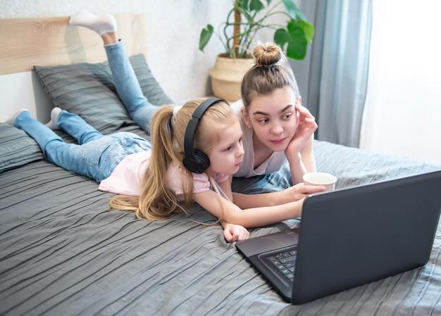 Colegialas estudiando en casa