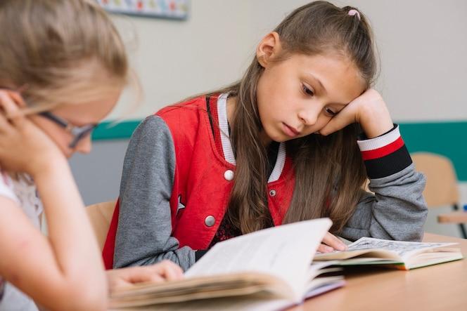 Colegialas, sentado, escritorio, lectura