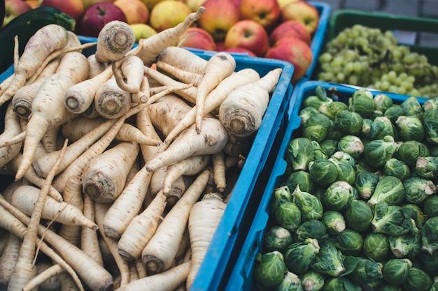 Coles de bruselas y raíz de perejil en el mercado