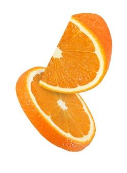 Colgando, cayendo y volando trozos de frutas naranjas sobre blanco