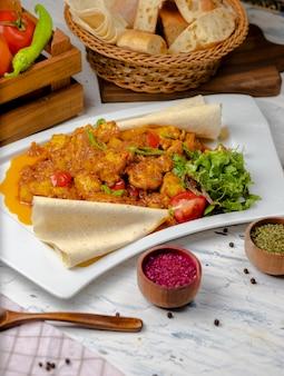 Coliflor asada con brotes, frijoles y servida con salsa de tomate y hierbas.