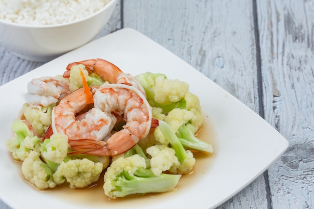 Coliflor blanca fresca en el plato