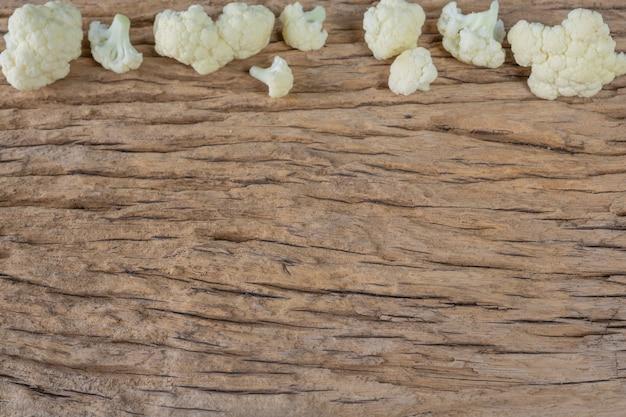 Coliflor en el suelo de madera.