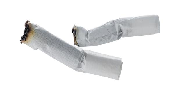 Colilla apagada del cigarrillo aislado sobre fondo blanco.
