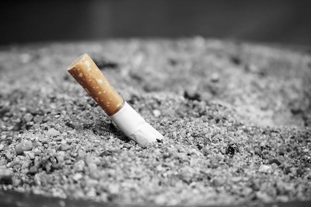 Colilla de cigarrillo de tabaco, dejar de fumar concepto