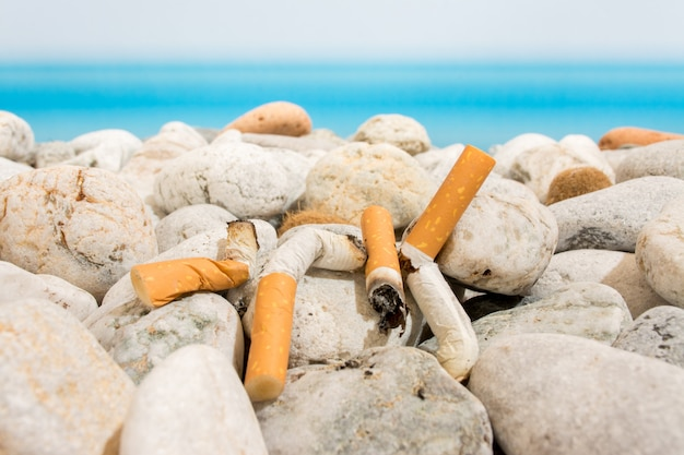 Colillas de cigarrillo en la playa