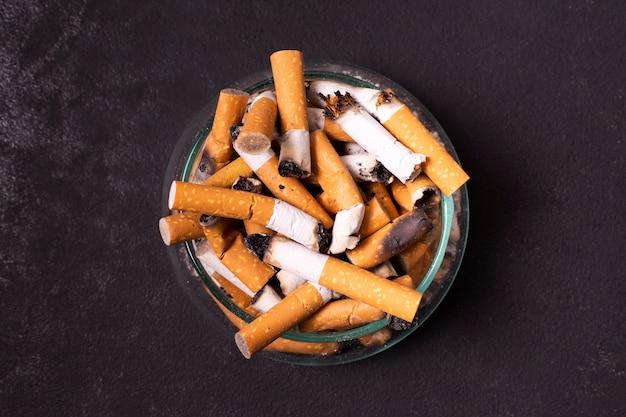 Colillas de cigarrillos en cenicero