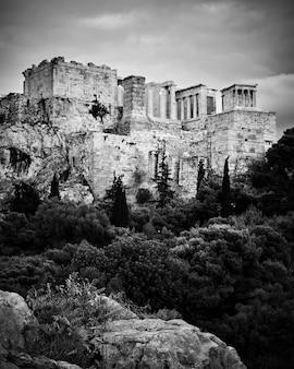 La colina de la acrópolis en atenas, grecia. fotografía en blanco y negro, paisaje urbano