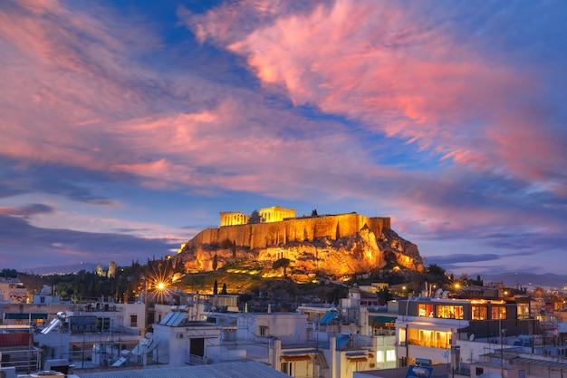Colina de la acrópolis y partenón en atenas, grecia