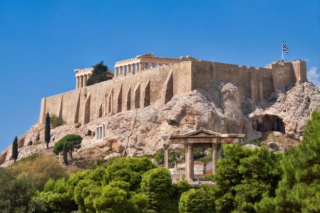 Colina de la acrópolis con templos antiguos en atenas, grecia