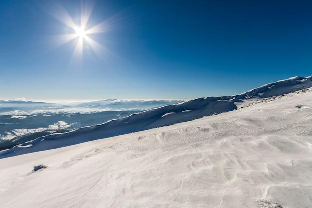 Colinas cubiertas de nieve en las montañas de invierno