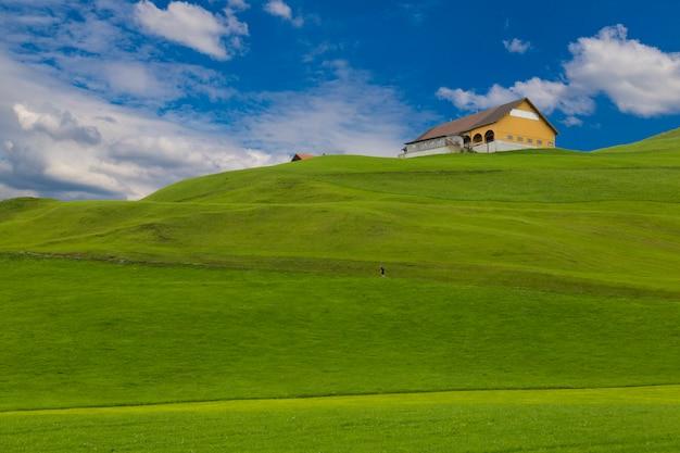 Colinas verdes, camino de piligrim. village einsiedeln. suiza.