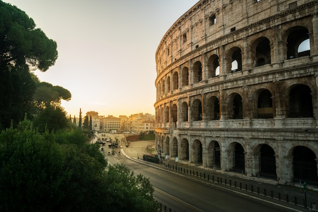 Coliseo de roma al amanecer en roma