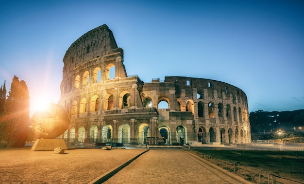 Coliseo en roma, italia al amanecer