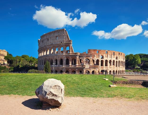 Coliseo en roma, italia, en un día brillante