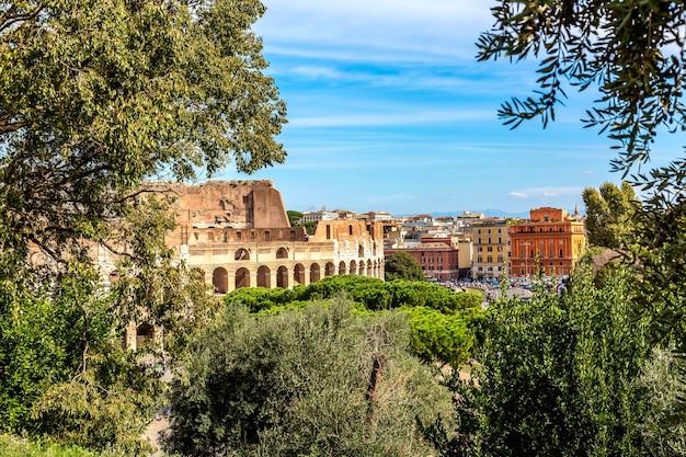 El coliseo de roma, italia, durante el día soleado de verano.