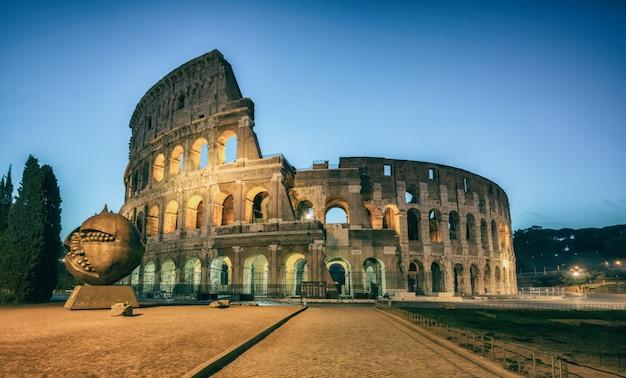 Coliseo en roma, italia en la noche